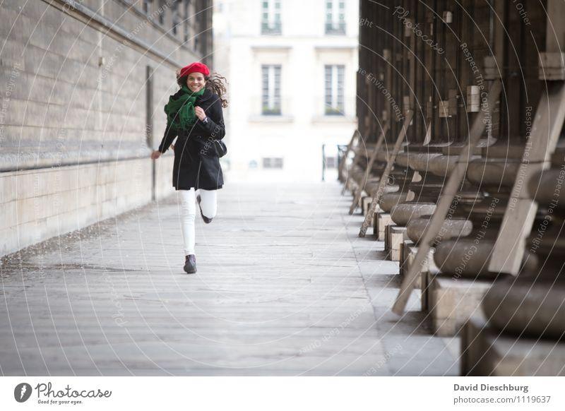 Auf mich zukommen Mensch Ferien & Urlaub & Reisen Jugendliche Junge Frau Freude 18-30 Jahre Erwachsene Leben Architektur Bewegung feminin Glück Fassade Körper Tourismus Fröhlichkeit