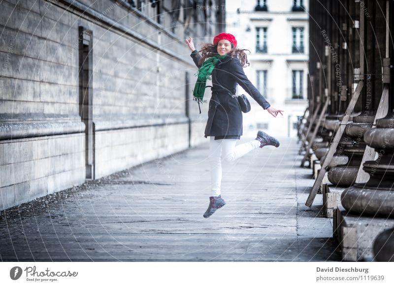 Leichtigkeit Mensch Frau Ferien & Urlaub & Reisen Jugendliche grün weiß rot 18-30 Jahre Erwachsene Gesicht Wand feminin Mauer Glück springen Fassade