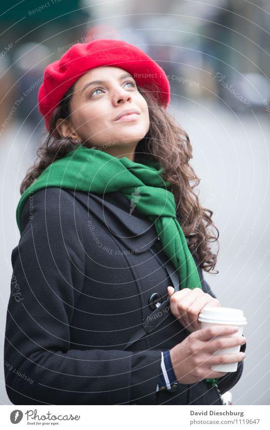 Café in Paris Mensch Frau Ferien & Urlaub & Reisen Jugendliche Stadt grün rot Hand ruhig 18-30 Jahre Erwachsene Gesicht feminin Kopf Körper Tourismus