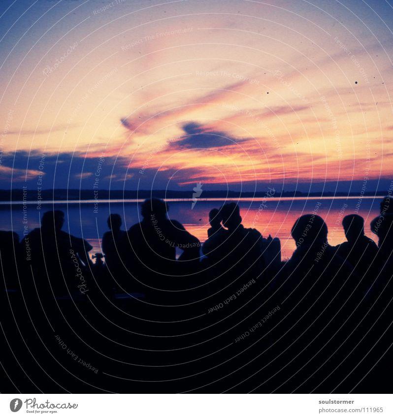 sundown Cross Processing Grünstich Gelbstich Achtziger Jahre Vergangenheit Dia antik rosa Sonnenuntergang Menschengruppe Licht Wolken schwarz Himmel Erholung