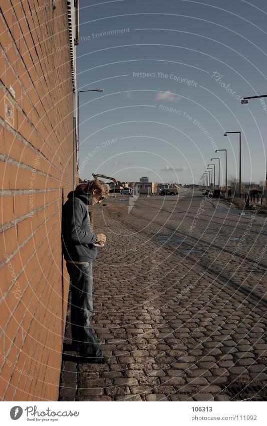 KÜNSTLERISCH Mann Wand stehen anlehnen Nacht Bremen Industrielandschaft Verfall Tabak drehen Zigarette ungesund Freizeit & Hobby Publikum Dinge Anspannung ruhig