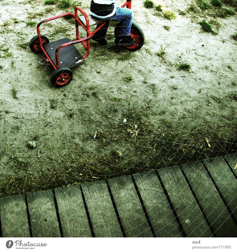 geländewagen Mensch Junge Sand dreckig klein fahren Kindheit Pullover anonym einzeln gestreift Anschnitt Bildausschnitt kopflos Gelände kindlich