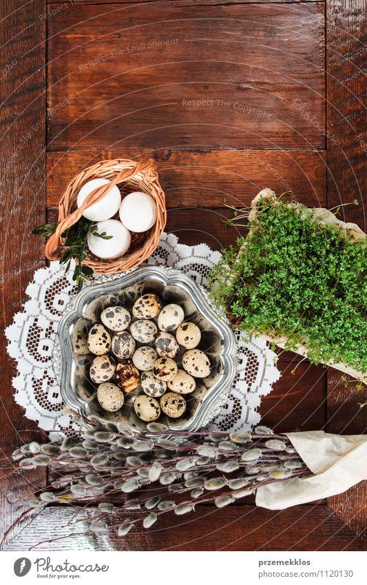 Osterzusammensetzung aus Eiern, Kresse und Kätzchen auf Holztisch Dekoration & Verzierung Tisch Ostern Frühling Papier Metall natürlich braun grün Tradition
