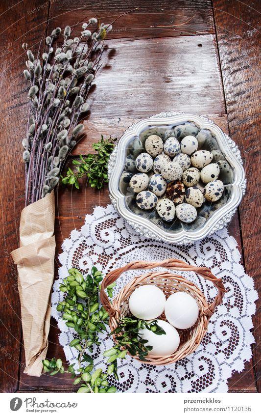 Osterzusammensetzung aus Eiern, Kätzchen und Buchsbaum auf Holztisch Dekoration & Verzierung Tisch Ostern Frühling Papier Metall natürlich braun grün Tradition