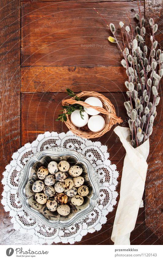 Ostern-Zusammensetzung von Catkins und von Eiern auf Holztisch Dekoration & Verzierung Tisch Frühling Papier Metall natürlich braun Tradition Korb rohweiß offen
