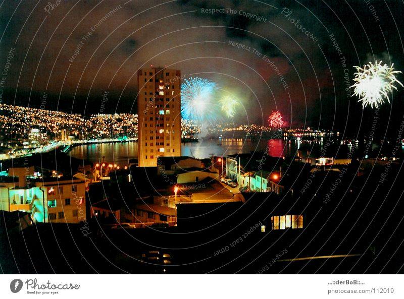 noche vieja analog Stadt Silvester u. Neujahr Hochhaus Langzeitbelichtung Valparaíso Chile Haus Lomografie Südamerika Farbe colour Feuerwerk fireworks Racketen