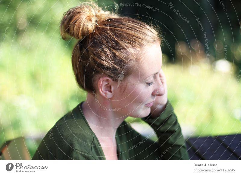 Sonnenhungrig Natur Jugendliche Pflanze schön grün Junge Frau Erholung 18-30 Jahre Erwachsene Frühling Gras Haare & Frisuren Kopf träumen leuchten blond