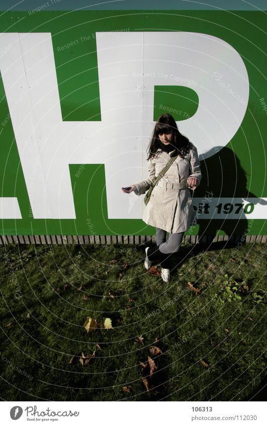 COMEBACK Dingsbums Frau stehen lachen grün weiß aufreizend drehen Drehung Kichererbsen Hand Grimasse Freundlichkeit Jugendliche Frieden comeback werfen