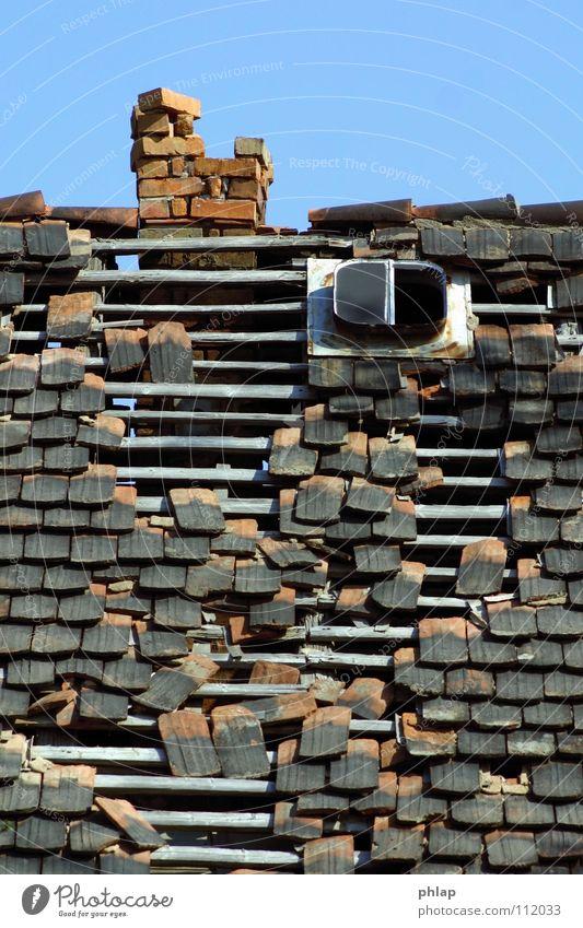 Dachzimmer mit Aussicht schön alt Himmel blau rot Haus schwarz Fenster grau Traurigkeit offen Dach kaputt Vergänglichkeit verfallen
