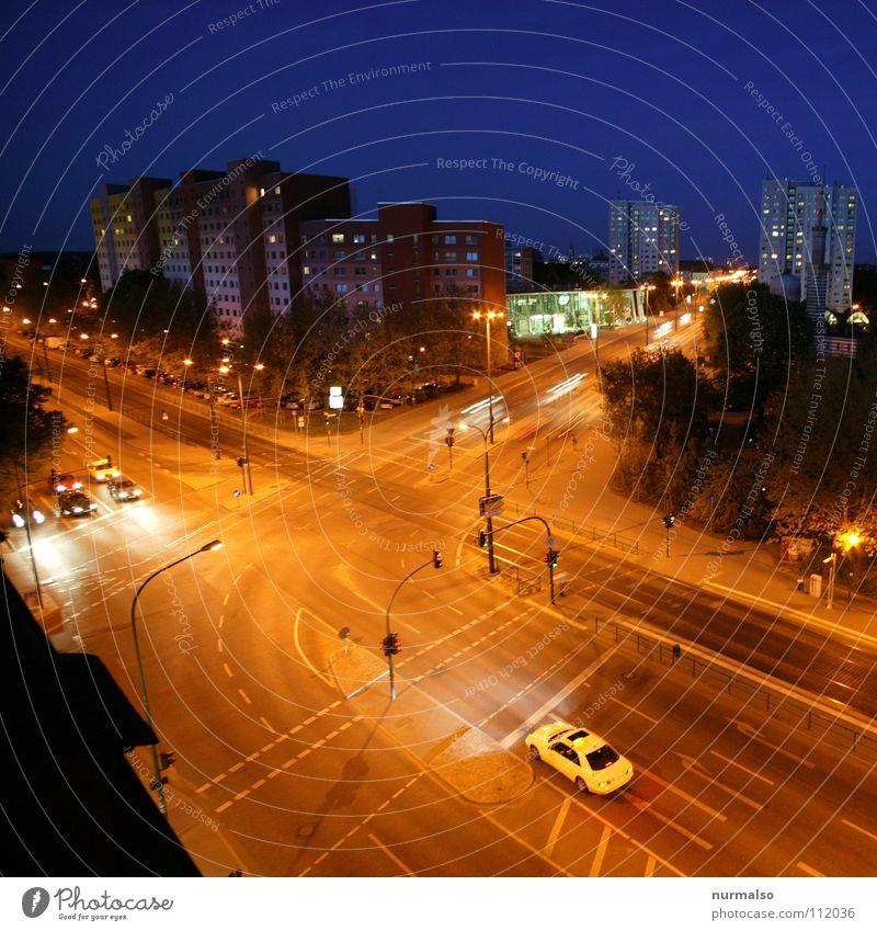 Nachtschwärmers Place Mensch Stadt Haus Straße Fenster Bewegung Wege & Pfade PKW Schilder & Markierungen Hochhaus Verkehr leer Spuren Gleise Verkehrswege Straßenbeleuchtung