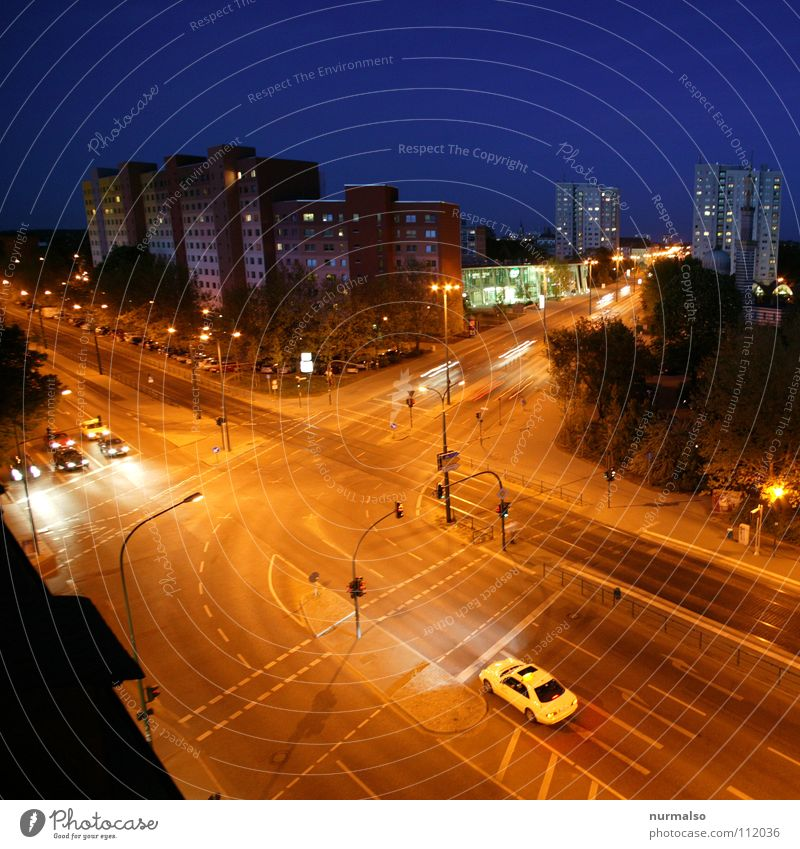 Nachtschwärmers Place Straßenbahn Gleise Haus Hochhaus Nachtstimmung Stadt Potsdam Taxi Fenster Straßenbeleuchtung leer Ampel Verkehr ausgestorben Menschenleer