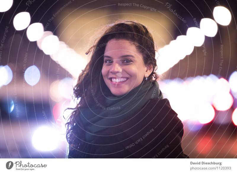 Auf der Champs-Élysées feminin Junge Frau Jugendliche Erwachsene Gesicht 1 Mensch 18-30 Jahre Hauptstadt Stadtzentrum Fußgängerzone Sehenswürdigkeit Denkmal