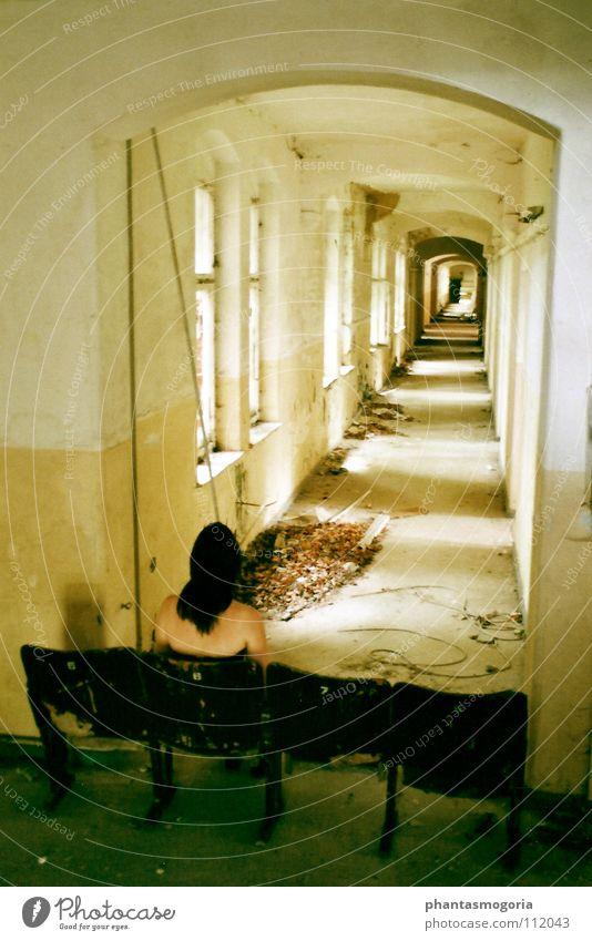 Die letzte Vorstellung Verfall Vergangenheit Kino grün gelb Fenster Licht Verzweiflung Zukunft ruhig Herbst verfallen Trauer Show Schatten Sonneillon Einsamkeit