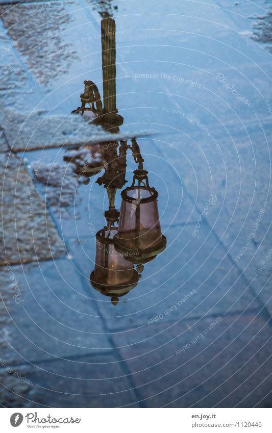 Wasserzeichen Wasser Einsamkeit Traurigkeit Wege & Pfade Tod träumen nass Romantik Hoffnung Trauer Sehnsucht Straßenbeleuchtung Flüssigkeit Sorge Nostalgie Pflastersteine