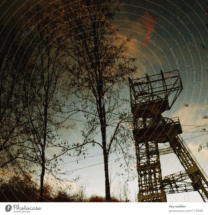 Der schiefe Turm vom Pott dunkel Zeche Reflexion & Spiegelung Stimmung trüb kalt Herbst historisch Farbe Wasser Traurigkeit Neigung