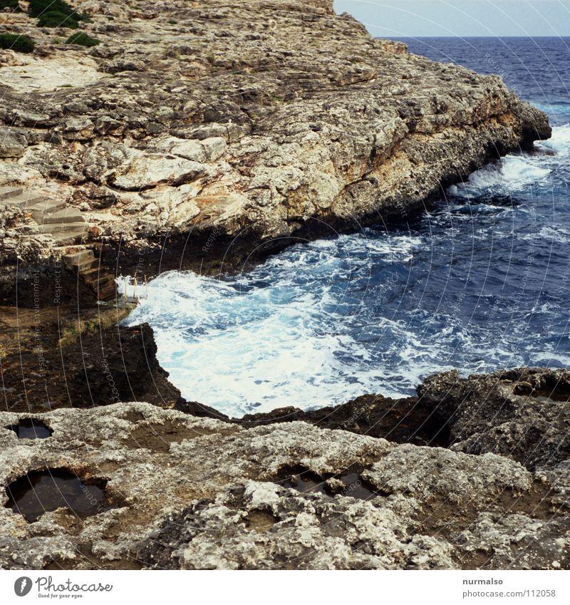 Guter Morgen VII Meer Wellen springen Sauberkeit Gischt Wellengang Brandung Freude Sommer Europa Bucht Felsen Strand. Horizont Mittelmeer Nude Bauchklatscher