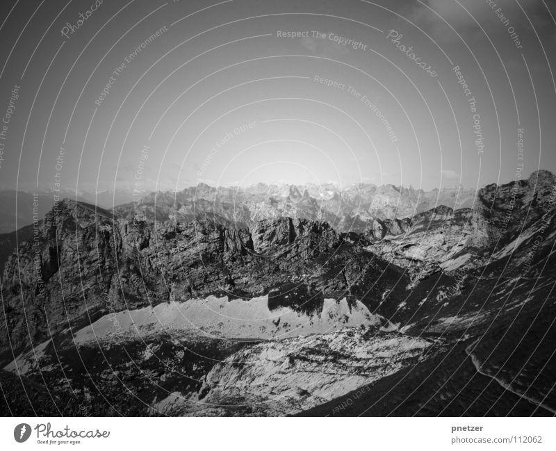 Lonely Mountain II weiß schwarz Einsamkeit kalt Schnee Berge u. Gebirge Traurigkeit Landschaft hoch Trauer Verzweiflung