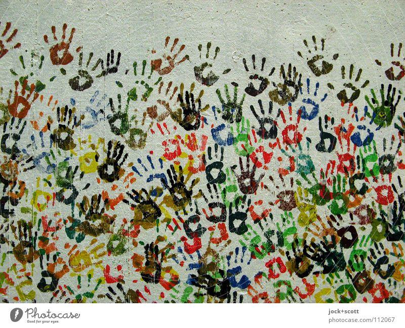 Hand in Hand Freude Menschenmenge Straßenkunst Berlin Mauer Wand Sammlung Beton Zeichen Abdruck berühren Fröhlichkeit Zusammensein viele Stimmung Lebensfreude