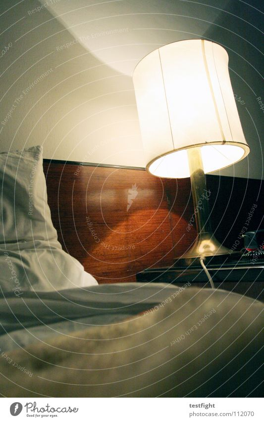 hotel Lampe Wand Raum schlafen Bett Falte Decke Kissen unterwegs Schlafzimmer ausschalten aktivieren Motel Kopfkissen