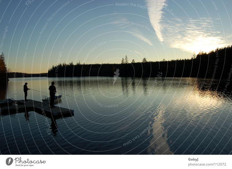 Harmonie Mann Natur Wasser blau Ferien & Urlaub & Reisen ruhig Wolken Ferne Wald Freiheit See Zusammensein warten Frieden Unendlichkeit Mitte