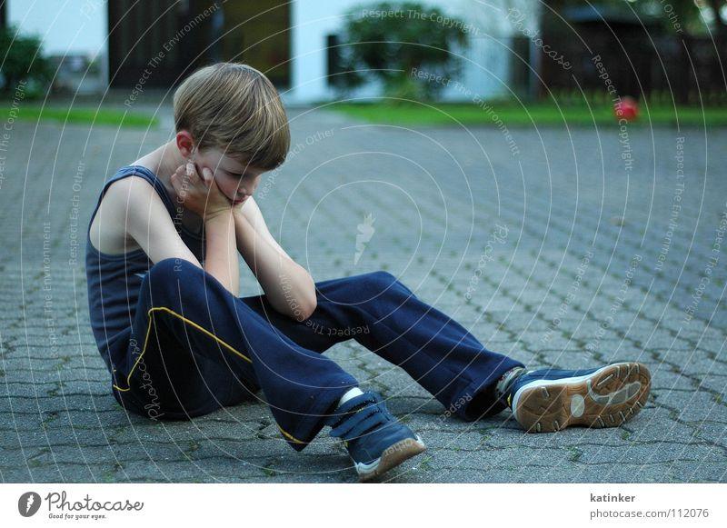 kein bock Kind Junge Bodenbelag Ball Wut Ärger Laune Launisch