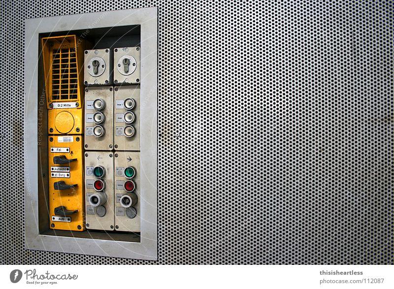 Schalter & Knöpfe alt grün rot gelb oben Lampe geschlossen hoch Eisenbahn Sicherheit Industrie Gleise Burg oder Schloss Loch Bahnhof Knöpfe