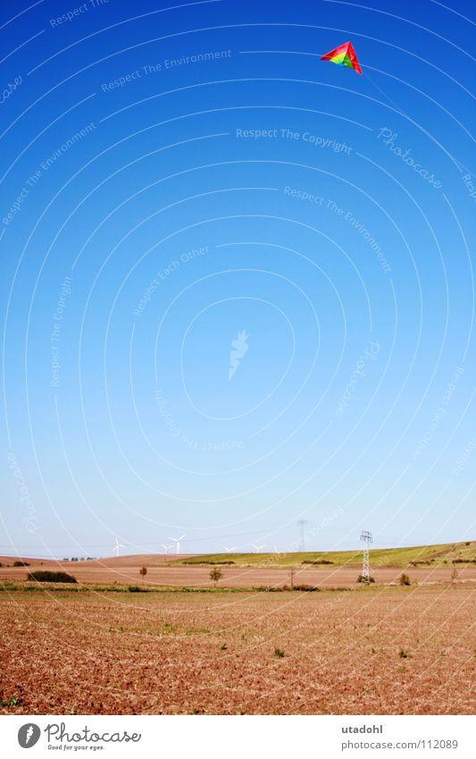 Freiflug Freizeit & Hobby Spielen Landschaft Himmel Wolkenloser Himmel Herbst Feld fliegen Unendlichkeit blau braun mehrfarbig grün rot Fröhlichkeit