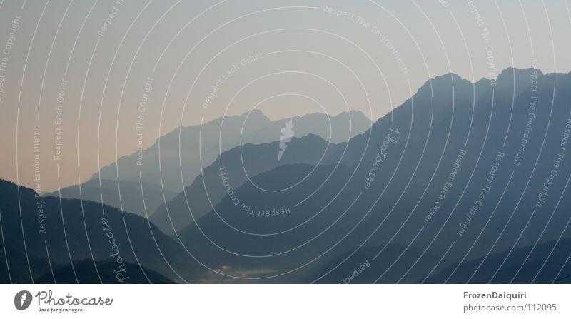 Berglinien Natur Himmel blau Einsamkeit Ferne Berge u. Gebirge Landschaft Luft Stimmung wandern Nebel frei Horizont Aussicht Alpen eng