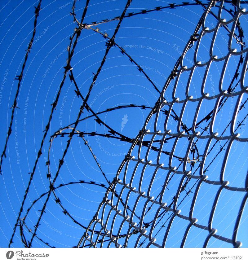 geschlossene gesellschaft Himmel blau gefährlich Sicherheit bedrohlich Zaun Grenze Flughafen Barriere gefangen Verbote Justizvollzugsanstalt Durchgang Stacheldraht Stacheldrahtzaun Luftverkehr