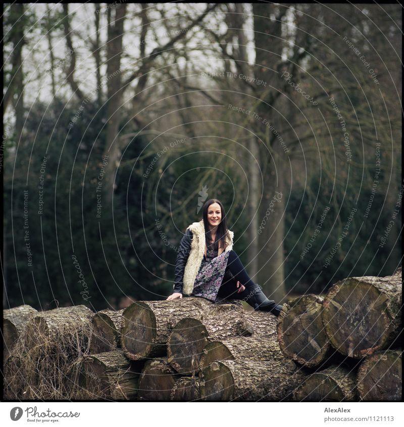 Im Park Ausflug wandern Junge Frau Jugendliche 18-30 Jahre Erwachsene Landschaft Schönes Wetter Baum Baumstamm Wald Kleid Jacke Fell Stiefel schwarzhaarig