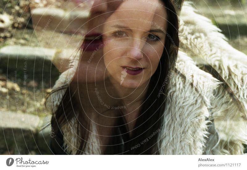 Rosa Junge Frau Jugendliche Kopf Haare & Frisuren 18-30 Jahre Erwachsene Umwelt Landschaft Schönes Wetter Blatt Park Treppe Felljacke Jacke schwarzhaarig