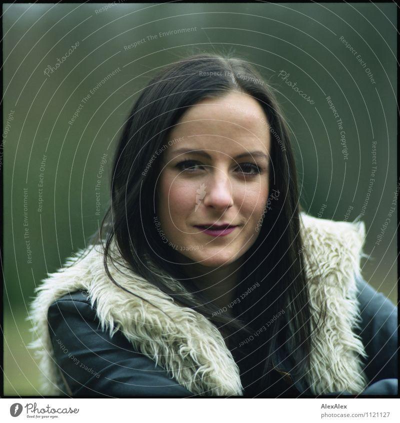 portrait Natur Jugendliche Pflanze schön Junge Frau 18-30 Jahre Erwachsene Gesicht Haare & Frisuren außergewöhnlich Park ästhetisch Lächeln beobachten