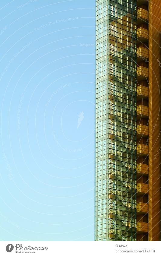Treppenhaus mit Ausblick Gebäude aufsteigen Fassade Glasfassade vertikal Hochhaus Detailaufnahme Fluchttreppenhaus Abstieg modern Himmel blau Architektur