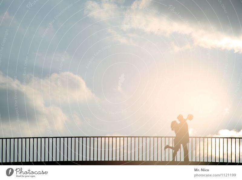 wetter | love is in the air Ausflug Sommer Frau Erwachsene Mann Paar Partner 2 Mensch Himmel Wolken Klima Schönes Wetter Verkehrswege Wege & Pfade Brücke Kitsch