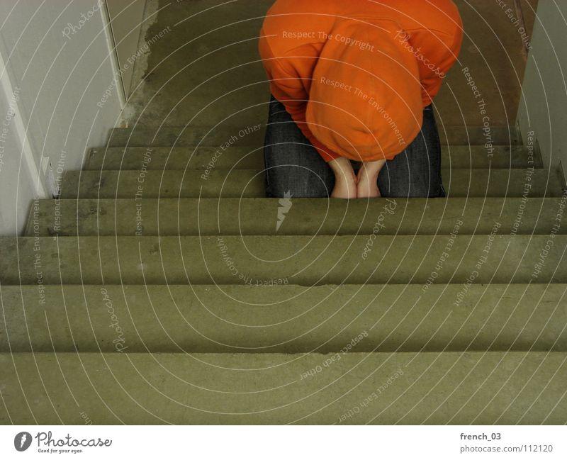 demütig Mensch Mann weiß Farbe Wand Traurigkeit Mauer Denken See Linie orange Treppe maskulin liegen kaputt Perspektive