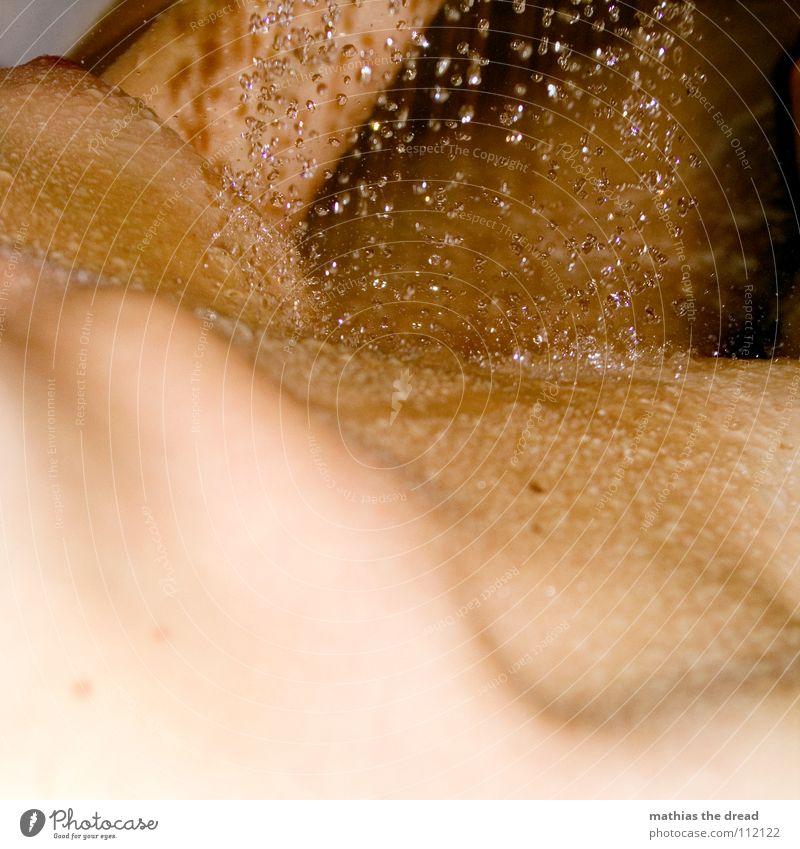 Duschen II Körperpflege nass feucht Flüssigkeit spritzig Strahlung Geplätscher fließen Reinigen Geschirrspülen Sauberkeit dunkel Bad Schaum nackt Frau