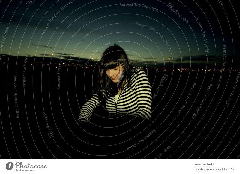 URBAN CHIQUE Frau Mensch Himmel Jugendliche schön Stadt Winter Gesicht feminin dunkel frei Bekleidung Coolness Streifen Körperhaltung Industriefotografie