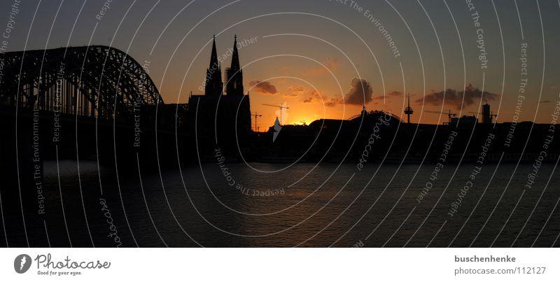 Panorama Kölner Dom Himmel Stadt rot Wolken dunkel orange Deutschland Brücke Fluss Panorama (Bildformat) Fernsehturm Kathedrale Rhein