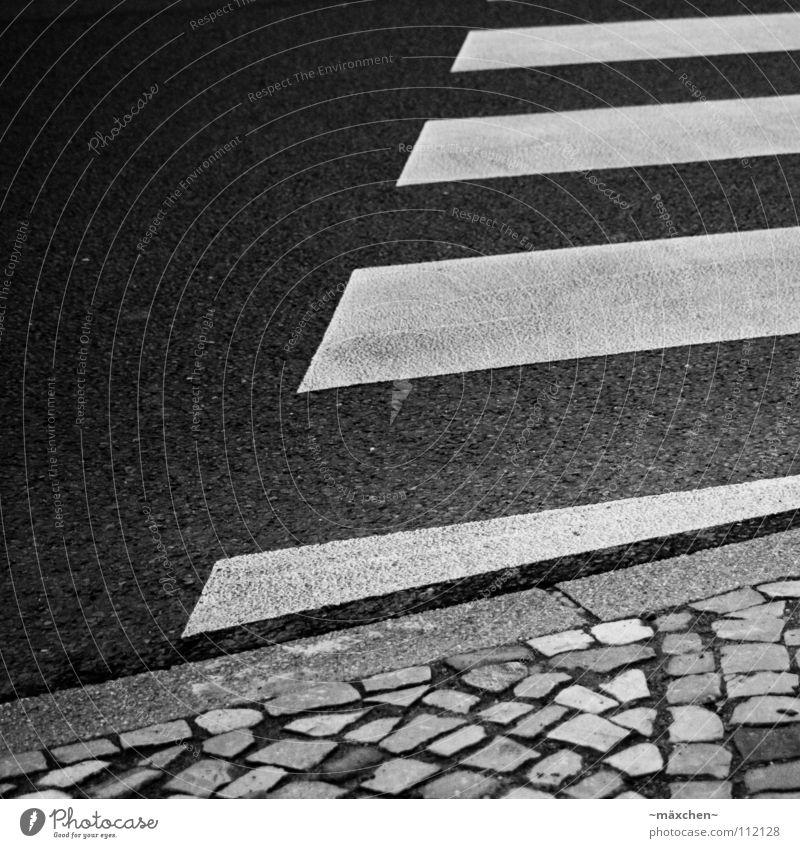 zebra crossing II weiß Stadt schwarz Straße Stein gehen laufen gefährlich bedrohlich Asphalt Streifen Quadrat Verkehrswege Kopfsteinpflaster diagonal hart