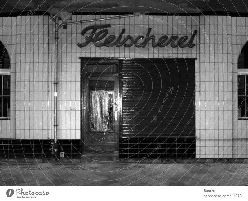 fleischerei Haus Nostalgie Metzgerei Altbau Fenster Fototechnik Berlin Ladengeschäft Schwarzweißfoto Sonnenallee schäbig alt Fliesen u. Kacheln Tür Architektur