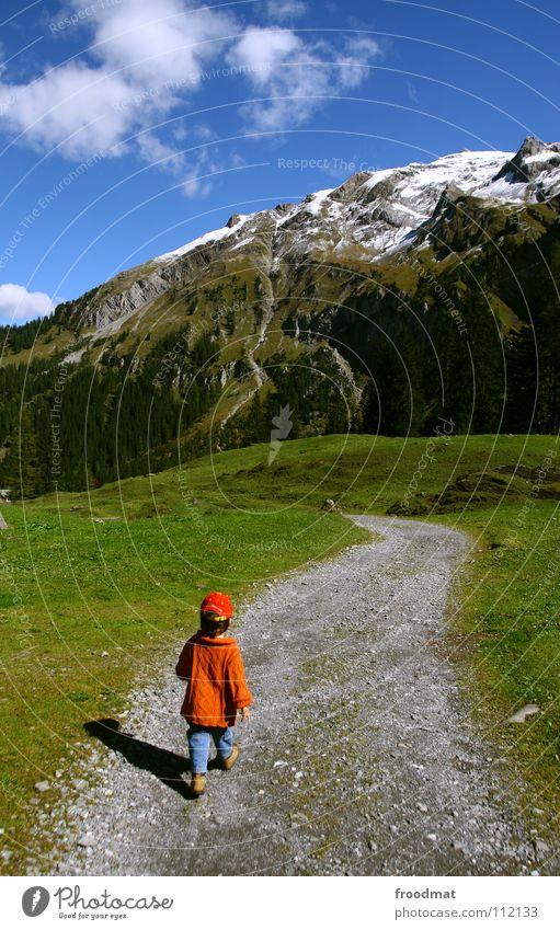Unterwegs Kind Himmel Natur schön Wolken Landschaft Wiese Berge u. Gebirge Schnee Frühling Gras Junge Wege & Pfade klein orange Rücken