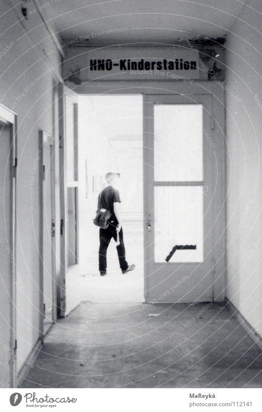 Flurtrip auf der HNO-Kinderstation Einsamkeit dunkel Gesundheitswesen geschlossen Vergänglichkeit verfallen Flur Krankenhaus Durchgang grell Axt Werkzeug