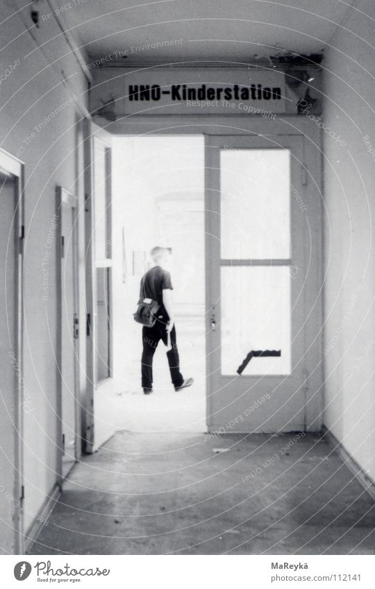 Flurtrip auf der HNO-Kinderstation Einsamkeit dunkel Gesundheitswesen geschlossen Vergänglichkeit verfallen Krankenhaus Durchgang grell Axt Werkzeug