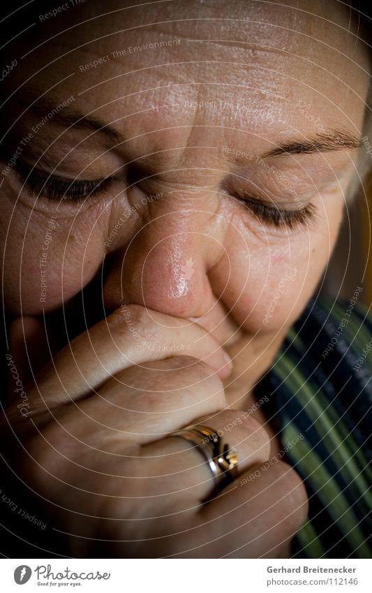 Innenwelt Frau Porträt geschlossene Augen Denken Konzentration ruhig ruhen Aufenthalt geheimnisvoll Frieden Rätsel unklar nachdenken lachen innerlich friedlich