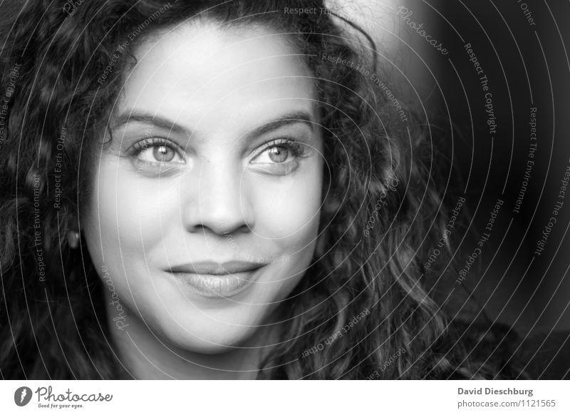 . elegant Haut Gesicht feminin Frau Erwachsene Kopf 1 Mensch 18-30 Jahre Jugendliche langhaarig Locken Zufriedenheit selbstbewußt Coolness Optimismus Erfolg