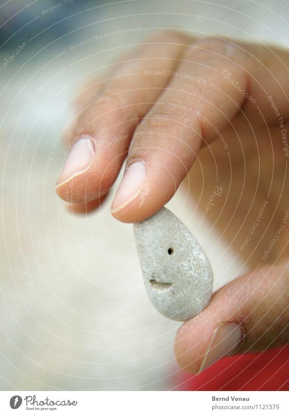 Kleiner Freund Ferien & Urlaub & Reisen weiß Sommer Hand Strand Auge grau Stein braun hell Haut Lächeln Mund niedlich Finger Freundlichkeit