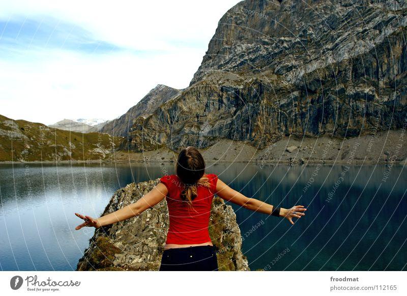 Angekommen Natur Wasser rot Ferien & Urlaub & Reisen Freiheit Berge u. Gebirge See Rücken Abenteuer Alpen Idylle Schweiz Spiegel Blick nach oben