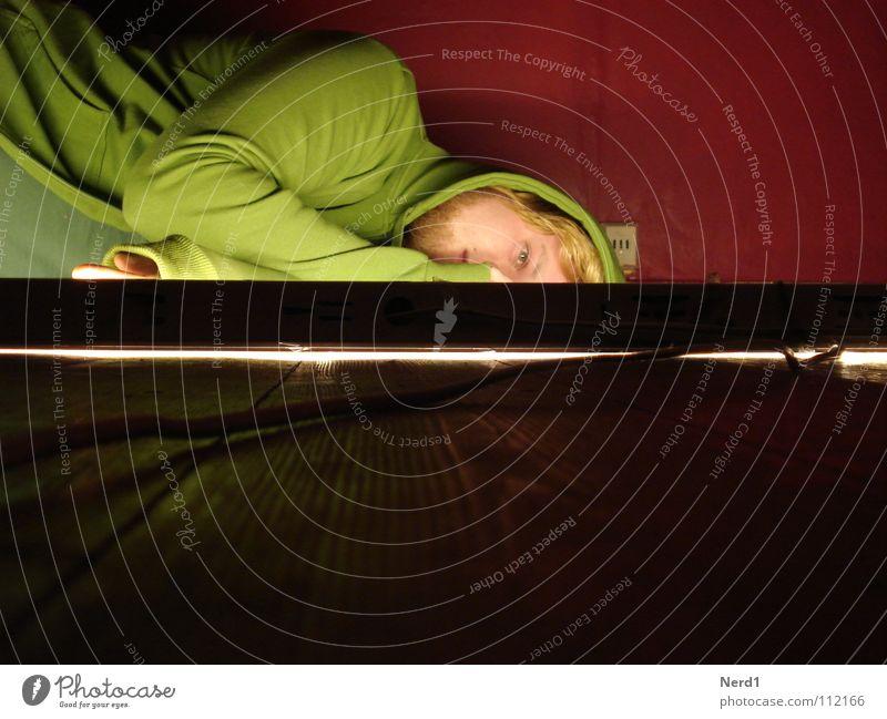 Müde Mann Jugendliche grün rot Holz blond Beleuchtung liegen 18-30 Jahre Langeweile Gesichtsausdruck erleuchten Kapuze Holzfußboden Erschöpfung
