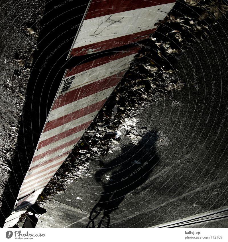 last man standing Mann schwarz Stein Arbeit & Erwerbstätigkeit Fahrrad laufen warten Verkehr mehrere Eisenbahn Baustelle Spaziergang Schnur Bürgersteig Zaun