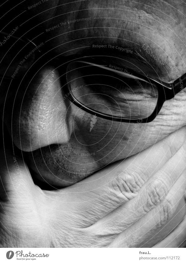 selbstvergessen Mann Hand Gesicht Denken Brille lesen Falte Konzentration 50 plus Gedanke Zeitschrift verträumt Zerreißen Verzerrung